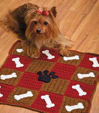 Связанный крючком коврик для собаки.