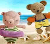 Связанные крючком Медведь и Свинья на пляже