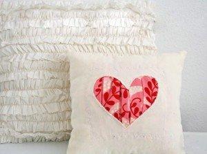Красивая подушка, украшенная сердечком