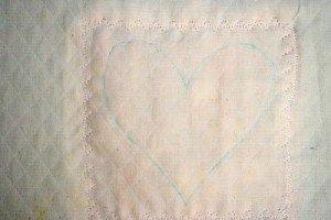 Нарисованный шаблон сердца на подушке