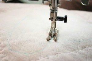 Швейной машинкой прострочить намеченный рисунок
