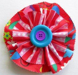 Цветок украшен двумя пуговицами