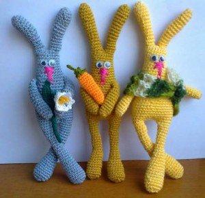 Трио кроликов связаны крючком