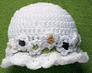 Вязаная крючком белая шляпка с ромашками для девочки