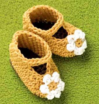 Связанные сандалики с ромашками
