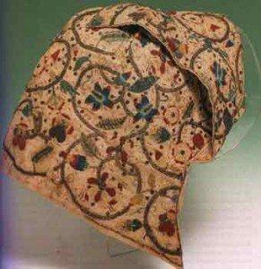 Чепцы, вышитые разноцветными нитями