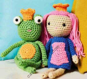 Парочка кукол принцесса и лягушонок связаны крючком