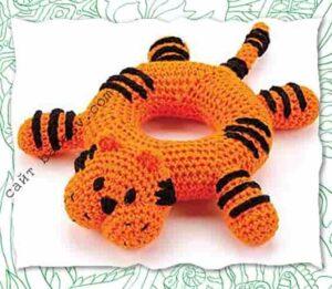 Тигр с телом в виде кольца связан крючком