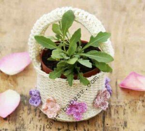 Цветочное украшение корзина крючком