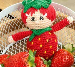 Лесная сладкая ягода Клубничка связана крючком