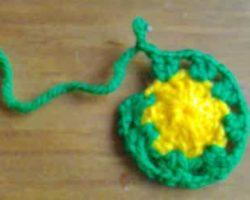 Обвязать зеленой нитью по кругу