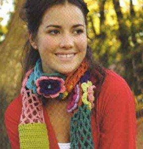 Как связать шарф из полосок и цветов
