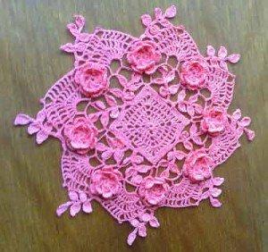 Розовая салфетка, связанная крючком