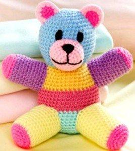 Связанный крючком мишка из разноцветных нитей