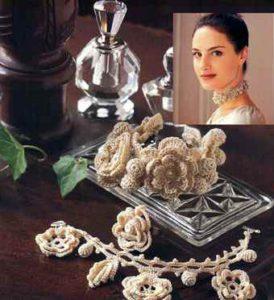 Как связать украшение из роз