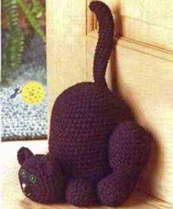 Большой кот связан крючком