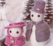 Связанные крючком элегантные снеговики