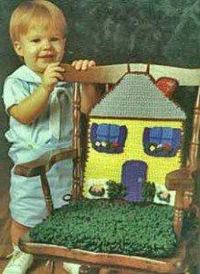 Как связать крючком дом с лужайкой