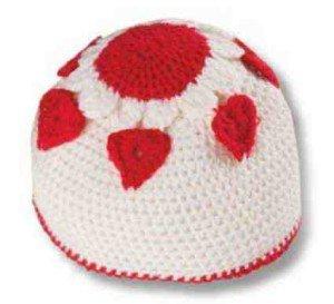 Связанная шапочка с сердечками, вид сверху