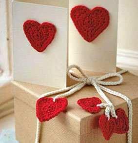 Как украсить сердечками бечевку на коробке с подарками
