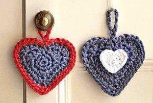Сердечки как украшения на дверной ручке
