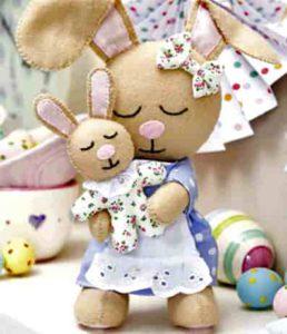 Крольчиху с маленьким крольчонком из ткани