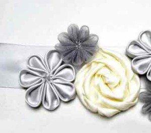 Прикрепленные к поясу платья цветы канзаши и розы