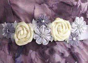 Нежные розы и цветы на поясе платья