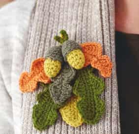 Осеннее украшение в виде желудей и дубовых листьев
