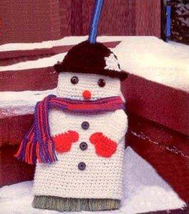 Связать крючком оригинальный подарок к новому году снеговика-чехол