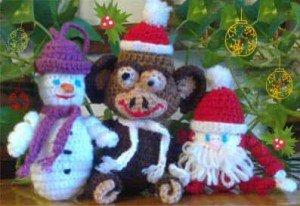 Связанная крючком обезьяна со снеговиком и дедом Морозоми друзья