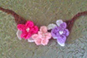Как украсить куклу цветами на связанной цепочке