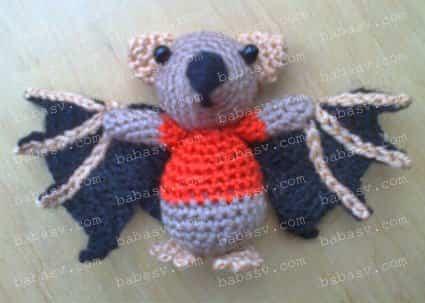 Летучая мышь с согнутыми крыльями