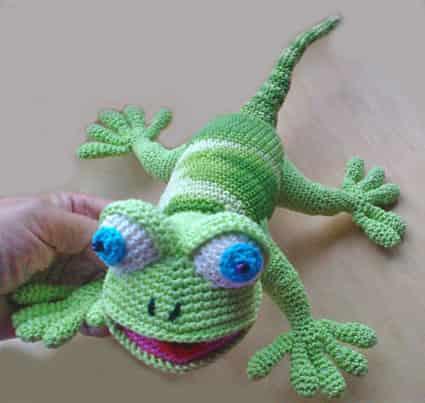 Как связать крючком игрушку геккона