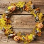 Осеннее очарование - это связанный крючком венок с мышками и ежами