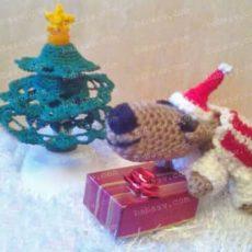 Собака в новогодней одежде возле елки