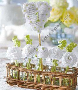 Свадебные украшения из белых роз связаны крючком