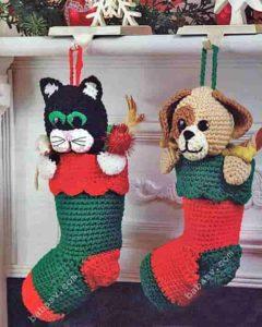 Связанный крючком новогодний сапожок с котом и собакой