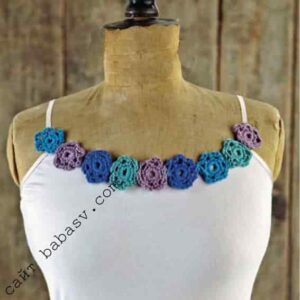 Цветочный узор по краю блузки
