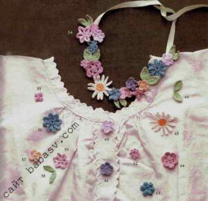 Маленькие цветочки на белой блузке