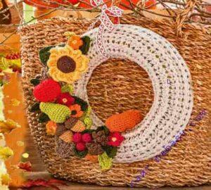 Украсим осень венком с декоративными игрушками