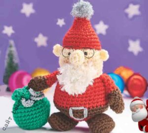 Рукодельный Дед Мороз готовится в дорогу с мешком