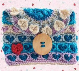 Сердечная сумочка клатч связана крючком